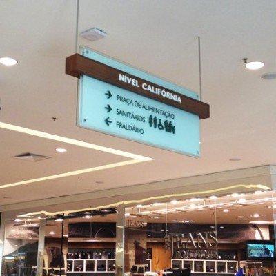 Placa aérea de sinalização em vidro - RibeirãoShopping