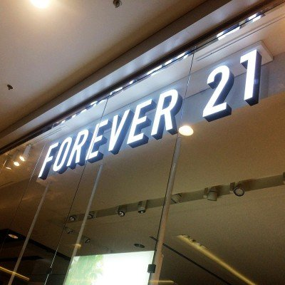 Letras-caixa backlight com frente em acrílico - Forever 21 - RibeirãoShopping