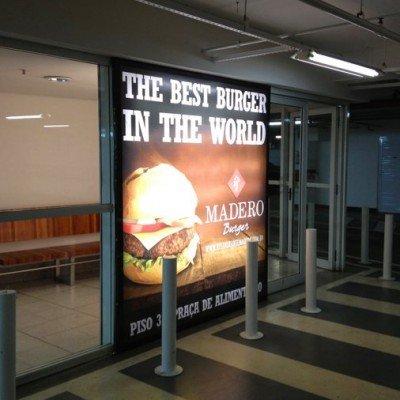 Painel backlight em frente em lona impressa - Restaurante Madero