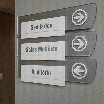 Sinalização em acrílico - administração Savegnago