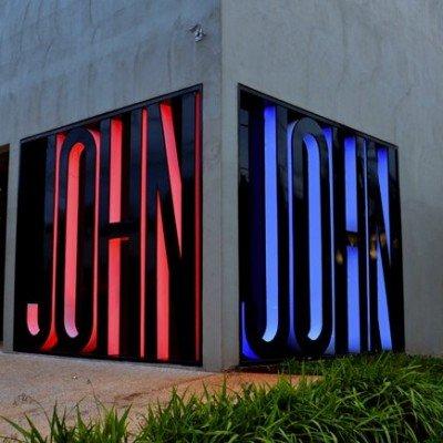Letreiro gigante com LED RGB - John John