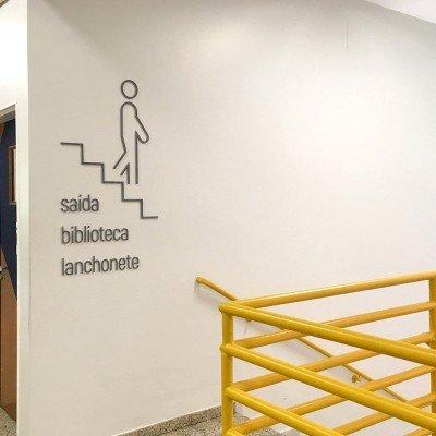Sinalização em relevo para escada - Colégio Einstein
